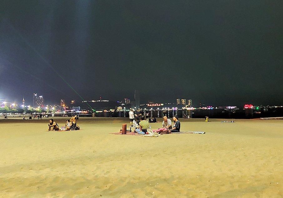 暗くなってきたパタヤのビーチ沿いでゆっくりする人達-2