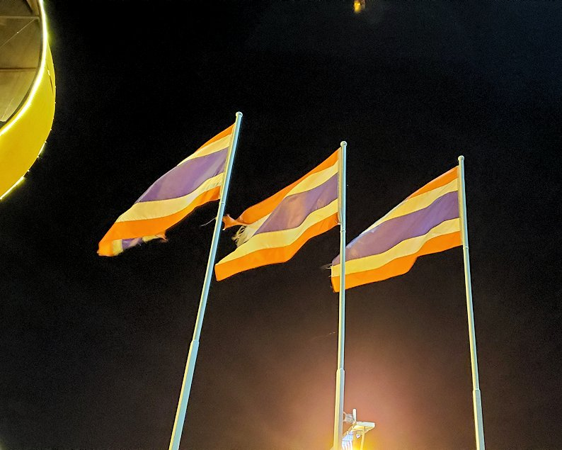 暗くなってきたパタヤのビーチ沿いにあったタイ国旗