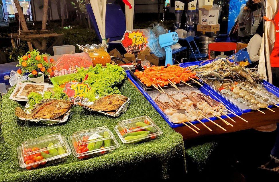 夜のパタヤの街で見かけた屋台の食べ物