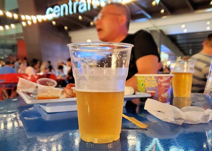 夜のパタヤの街で見かけた屋台の串焼きを食べながらビールを飲む