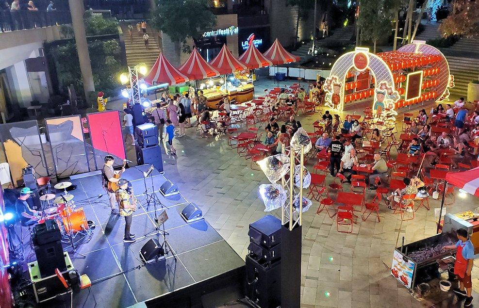 夜のパタヤの街にあったショッピングセンター内で演奏していたステージ