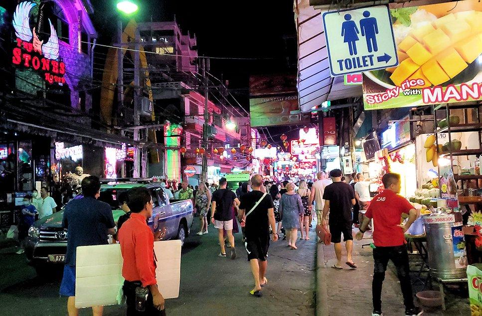 夜のパタヤで一番賑わう「ウォーキング・ストリート(Walking Street)」を進む