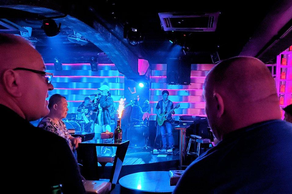 夜のパタヤで「ウォーキング・ストリート」にあったパブのステージで演奏する人達