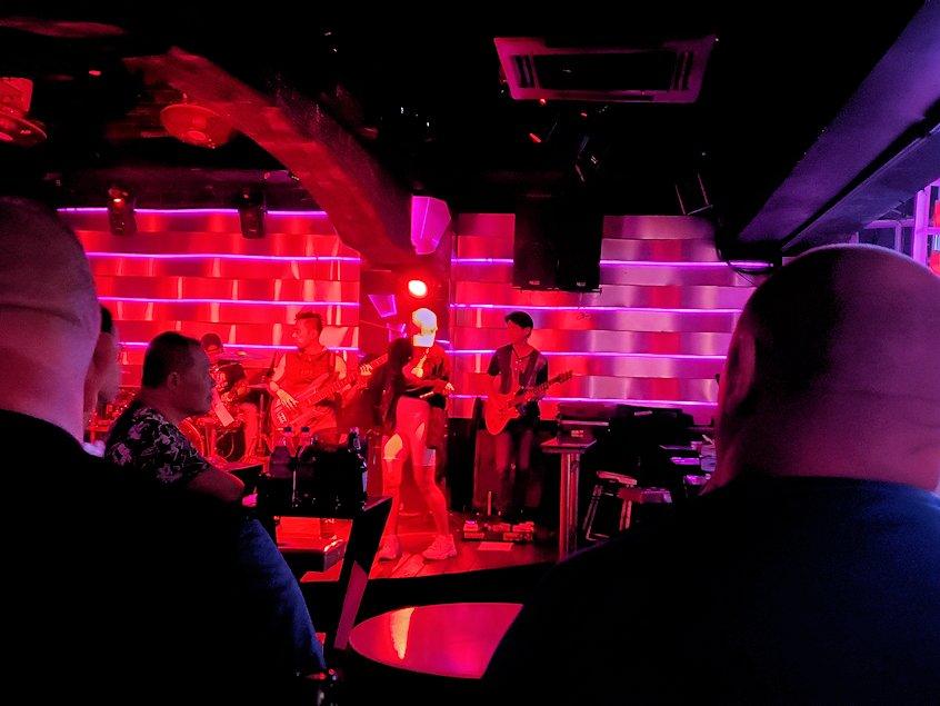 夜のパタヤで「ウォーキング・ストリート」にあったパブのステージで演奏する人達-2