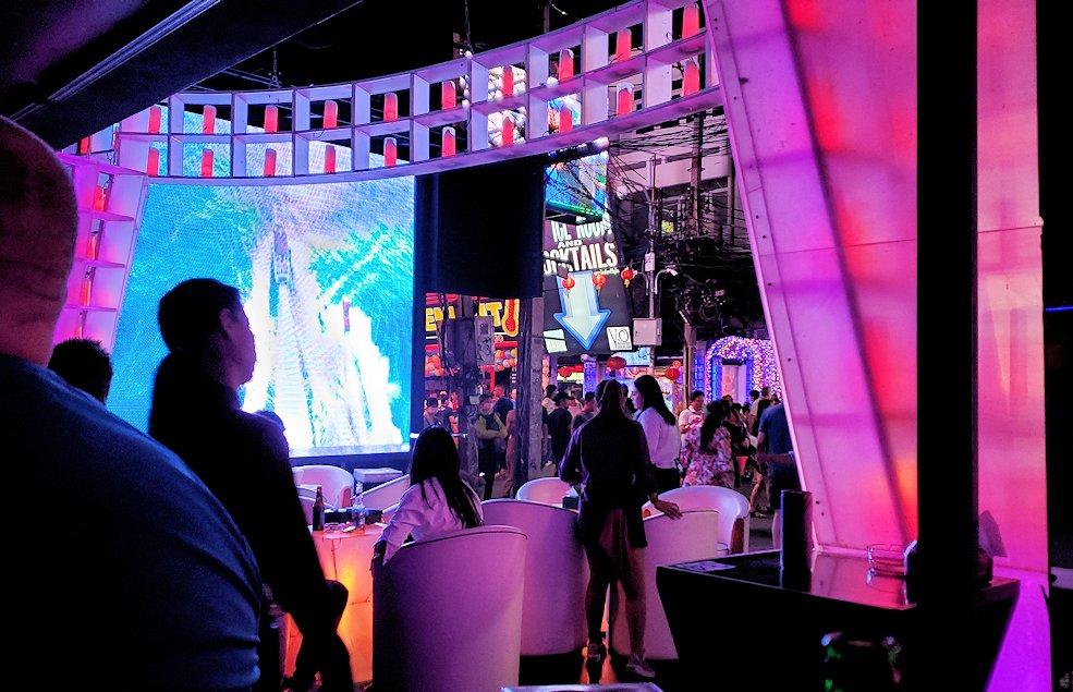 夜のパタヤで「ウォーキング・ストリート」にあったパブのステージで演奏する人達-3
