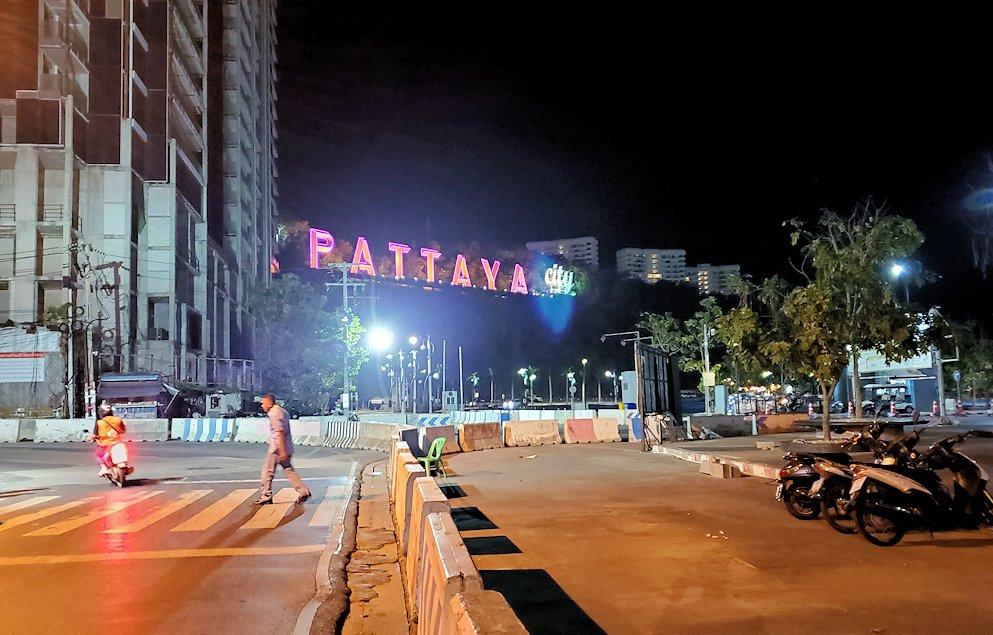 夜のパタヤを歩いて見えた、パタヤのネオンサイン