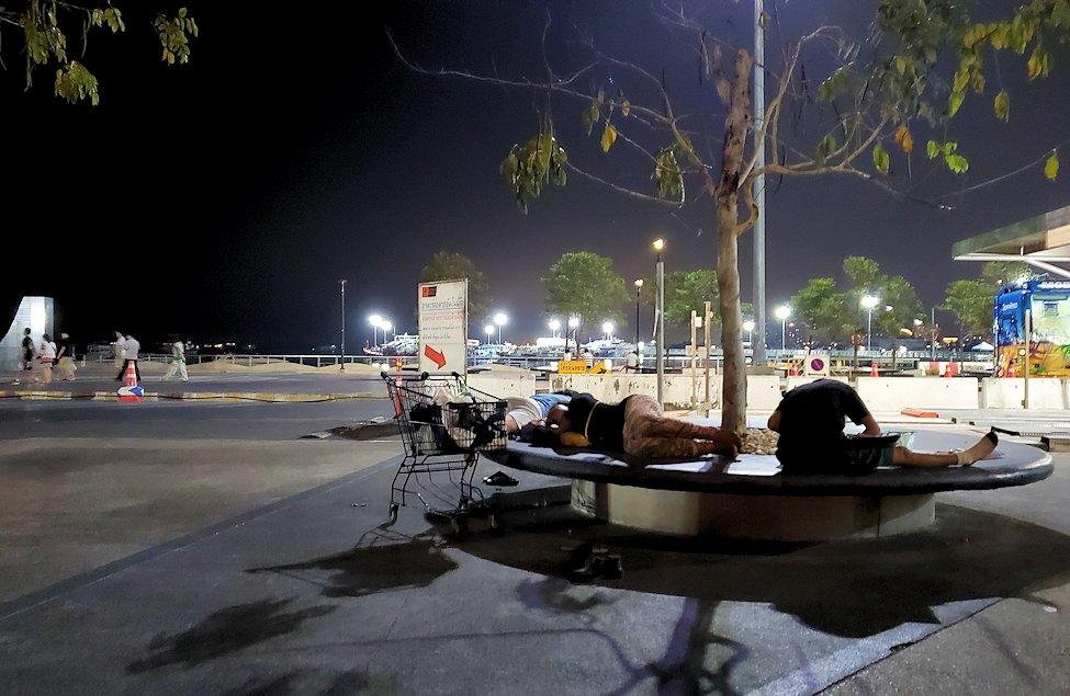 夜のパタヤを歩いて見えた、ベンチに寝転ぶ人達の姿