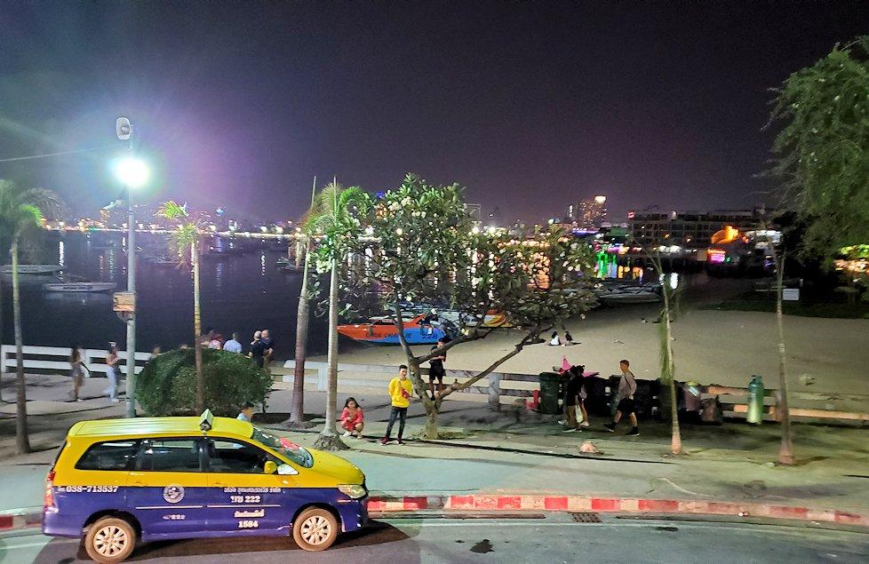 夜のパタヤの街を眺める