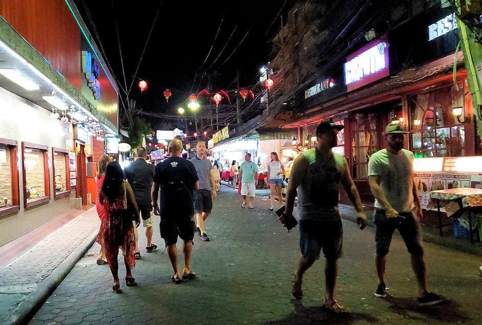 夜のパタヤの街のメインストリートを再び歩く