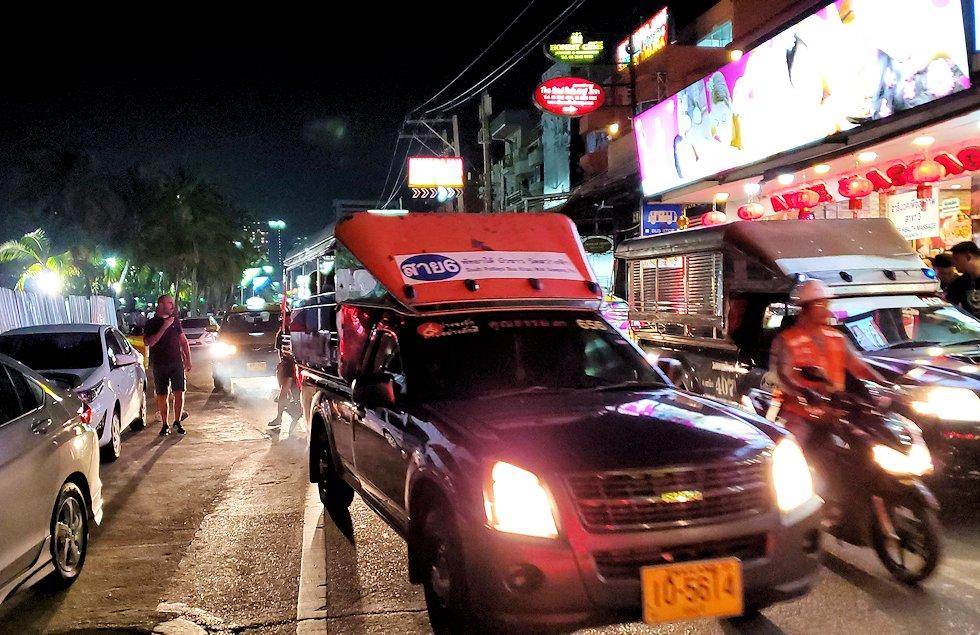 夜のパタヤの街のメインストリートを再び歩く-2