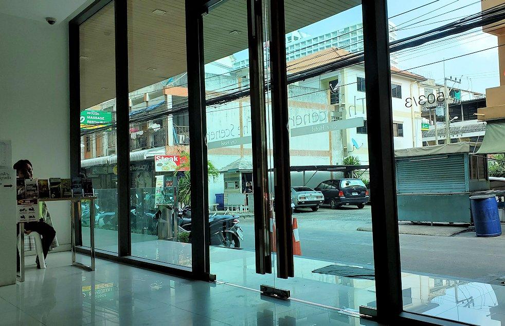 パタヤで泊まったホテルのフロント-2