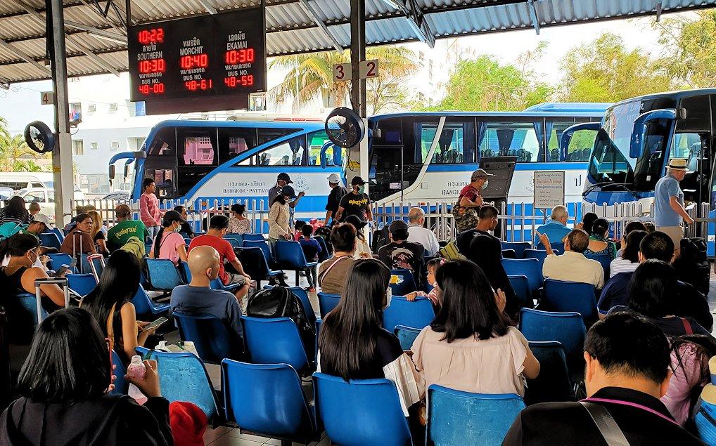 パタヤのバスターミナルでバンコク行きのバスを待つ