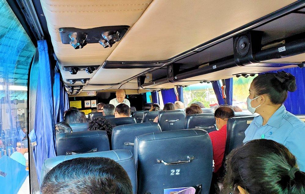 パタヤのバスターミナルに到着したバンコク行きのバスに乗り込む-2