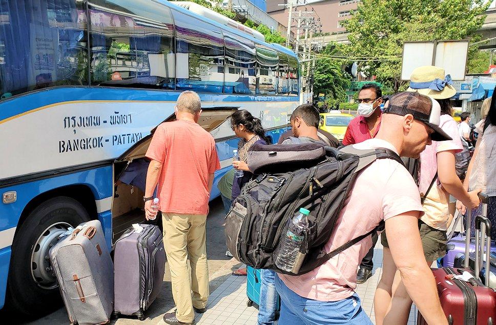 バンコクのバスターミナルに到着したバス