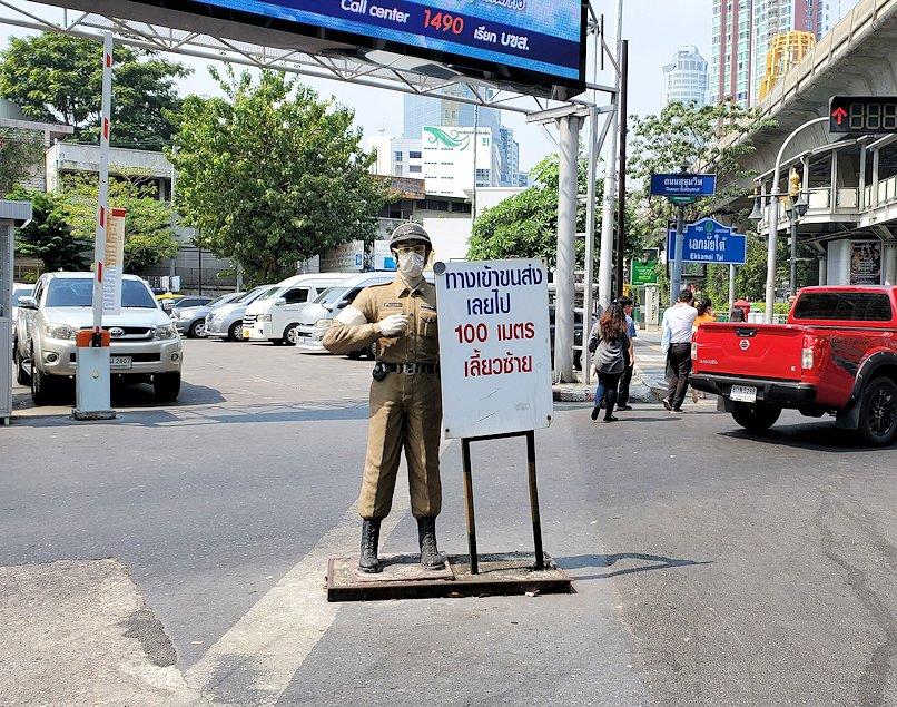 バンコクのバスターミナル前に立っていた人形