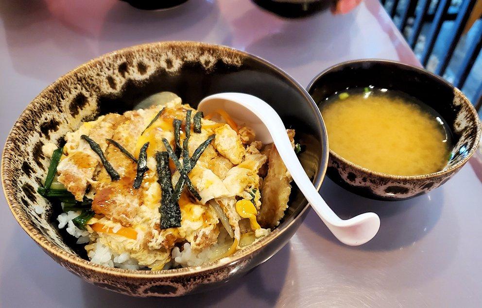 BTSエカマイ駅近くにある和食レストラン【Yuujou Ramen】で注文したカツ丼