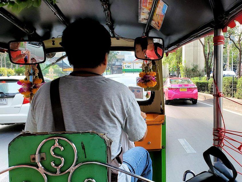 バンコク市内で乗り込んだトゥクトゥクから見える景色2