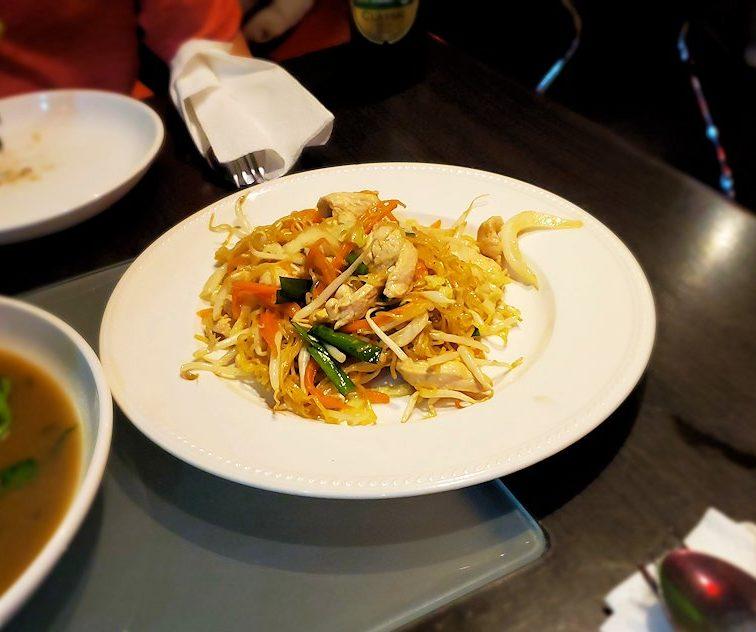 タニヤ通り周辺にあるアジアン・レストラン【aroikao】で焼きそばを食べる
