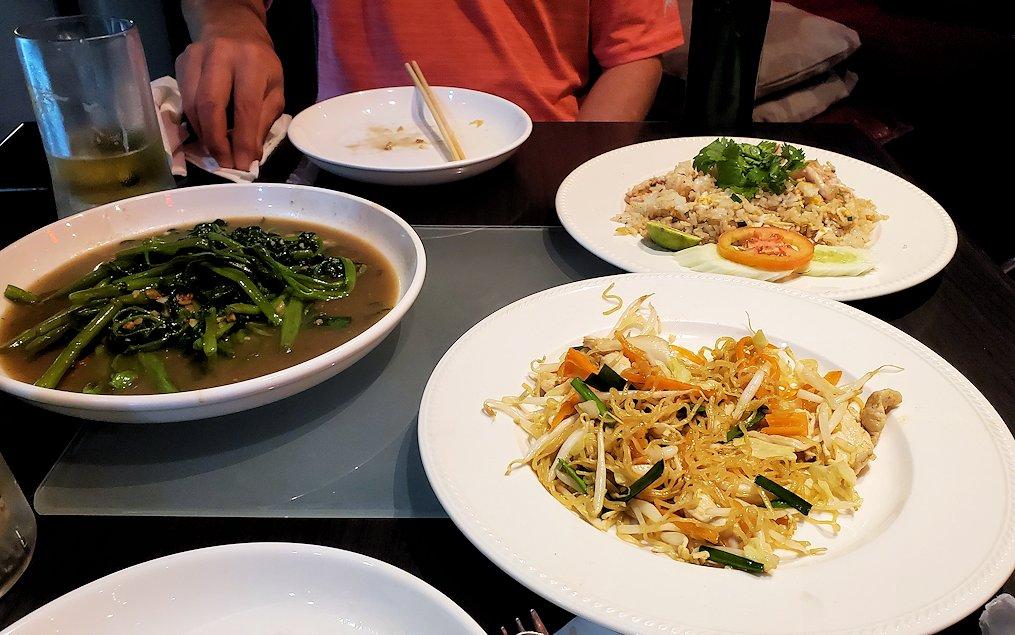 タニヤ通り周辺にあるアジアン・レストラン【aroikao】で焼きそばなどを食べる