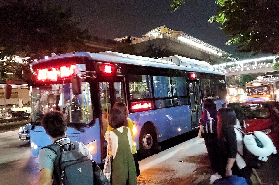 モーチット駅周辺にあるドンムアン空港行きのバス乗り場に到着するバス