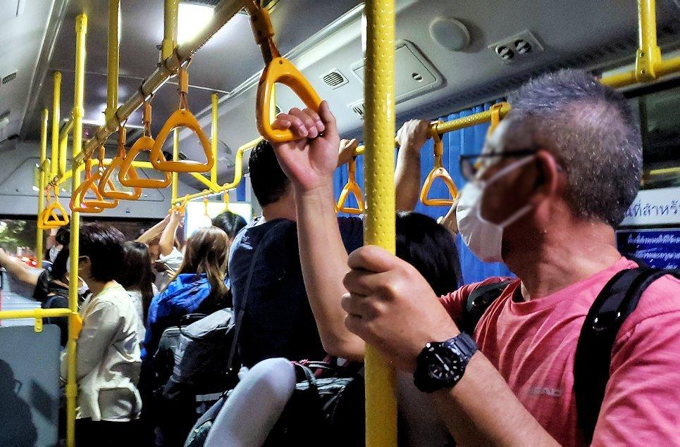 ドンムアン空港行きのバス車内