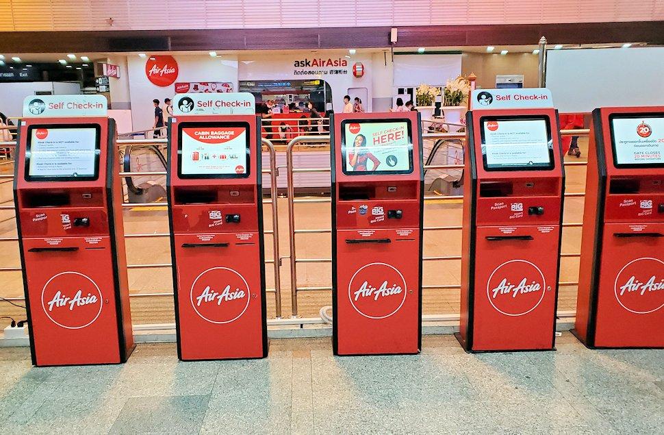 ドンムアン空港内のエアアジアのチェックインカウンター機械