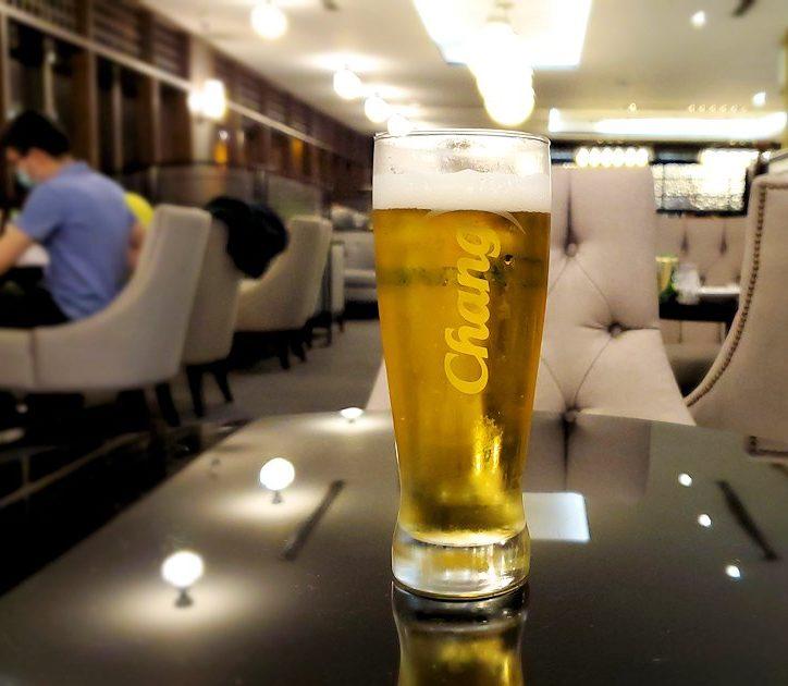 ドンムアン空港内にある「コーラルラウンジ」でビールを飲む