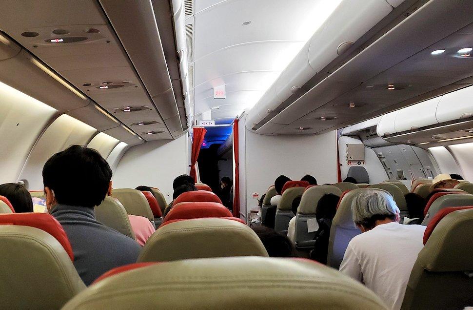 ドンムアン空港から出発エアアジアの飛行機内の写真