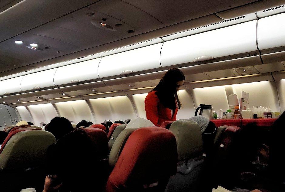 ドンムアン空港から出発エアアジアの飛行機内の写真-2