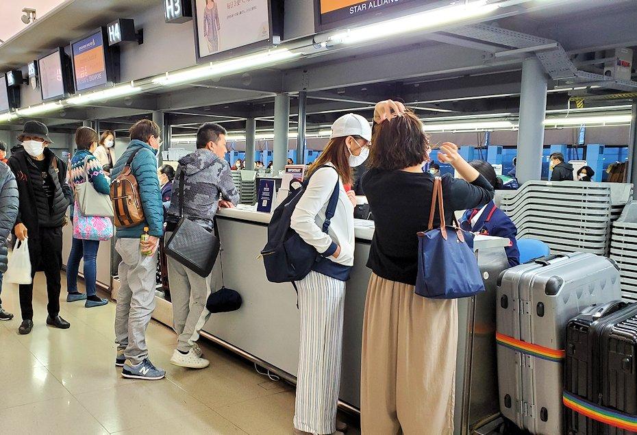 関西国際空港内にあるシンガポール航空のチェックインカウンター-2