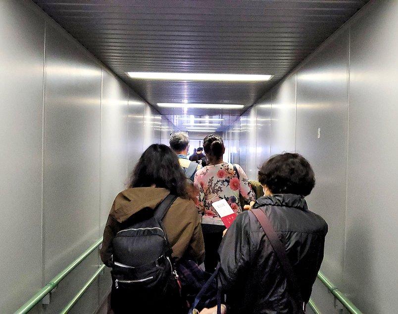 関西国際空港でこれから搭乗するシンガポール航空の通路
