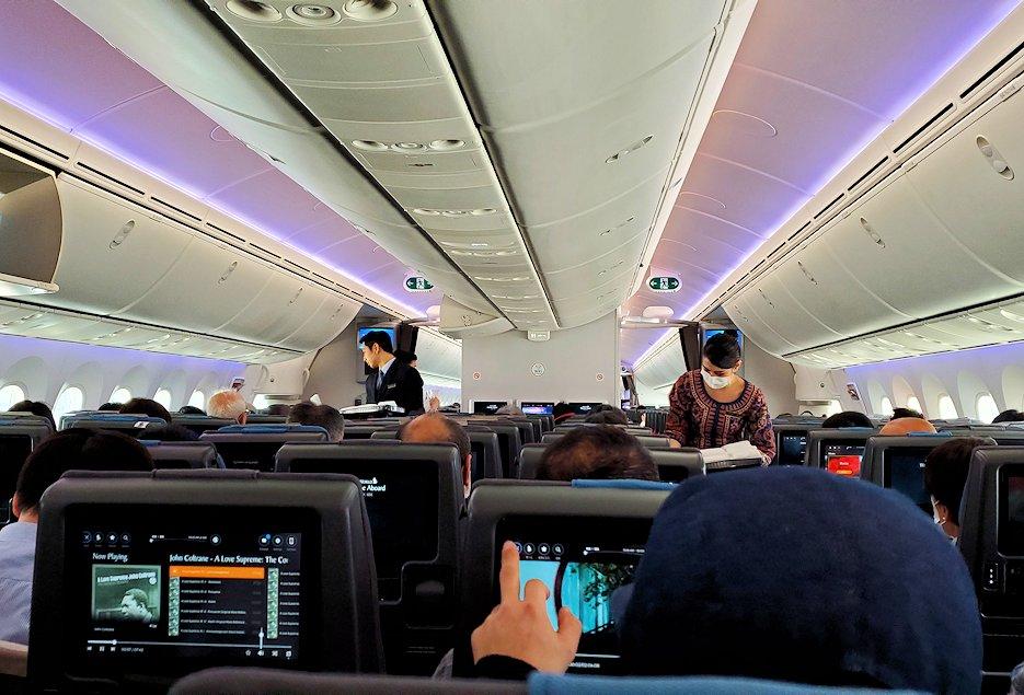 関西国際空港でこれからチャンギ空港へ向かうシンガポール航空機内