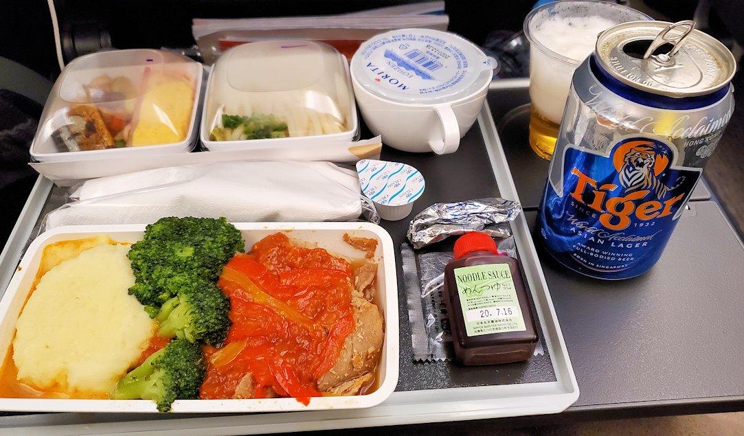 シンガポール航空機内の機内食を食べる