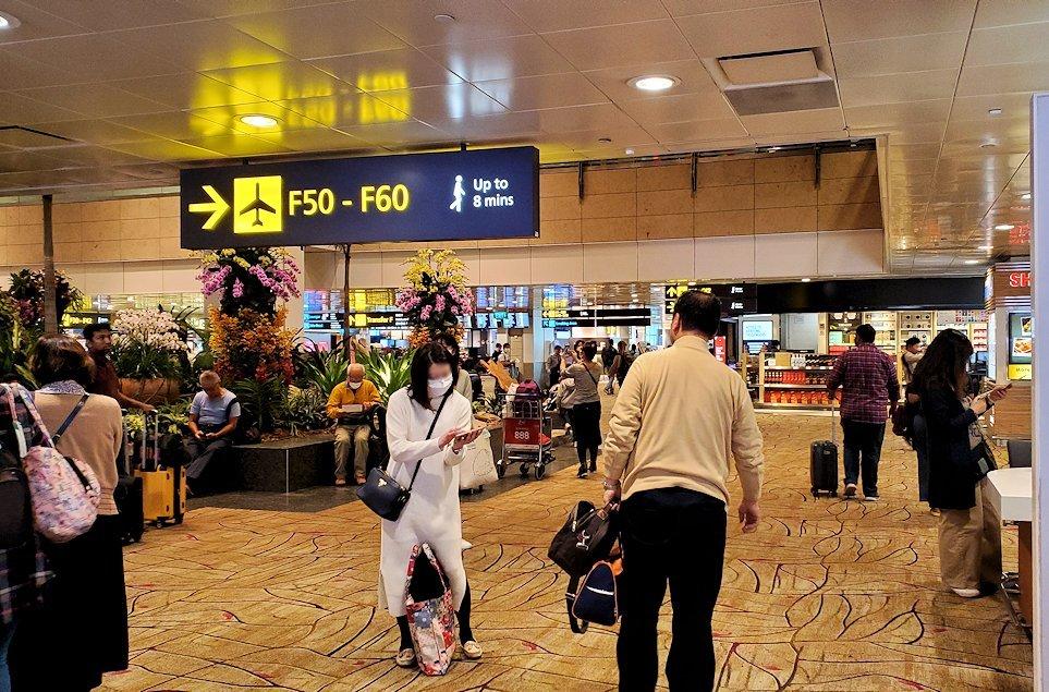 シンガポール航空機で到着した、シンガポールのチャンギ空港内の様子