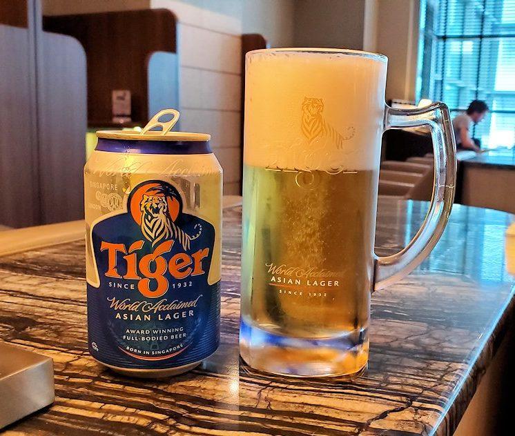 シンガポールのチャンギ空港内にあるラウンジ「SATS Premier Lounge」でタイガービールを飲む
