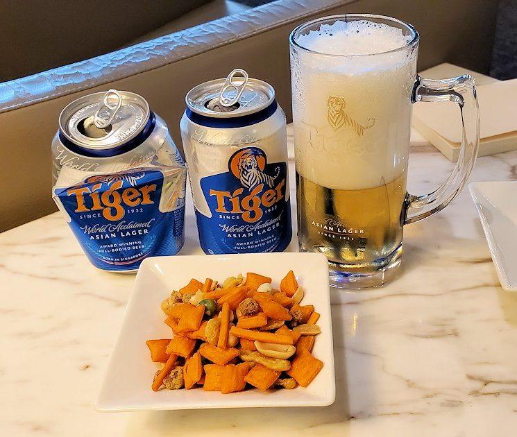 シンガポールのチャンギ空港内にあるラウンジでビールを飲む