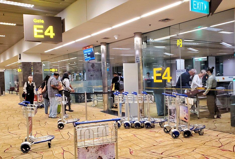 チャンギ空港内の搭乗ゲート前にある荷物検査場