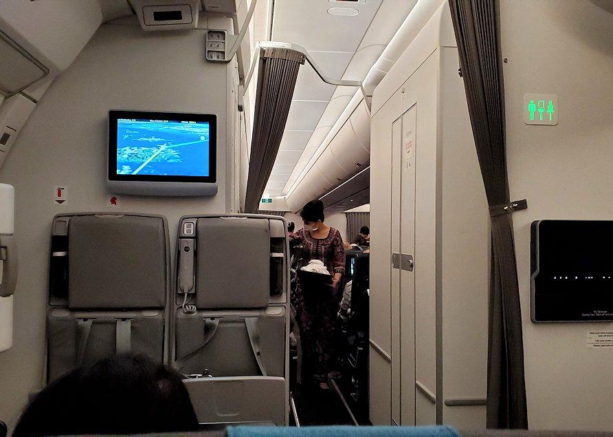 スリランカへ向かうシンガポール航空機内の様子