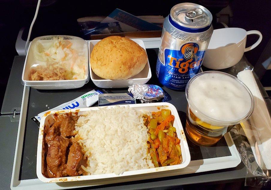 スリランカへ向かうシンガポール航空機で出てきた機内食