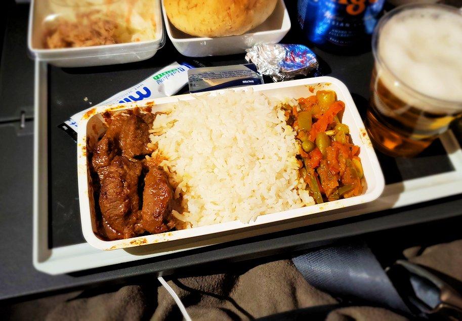 スリランカへ向かうシンガポール航空機で出てきた機内食のビーフ
