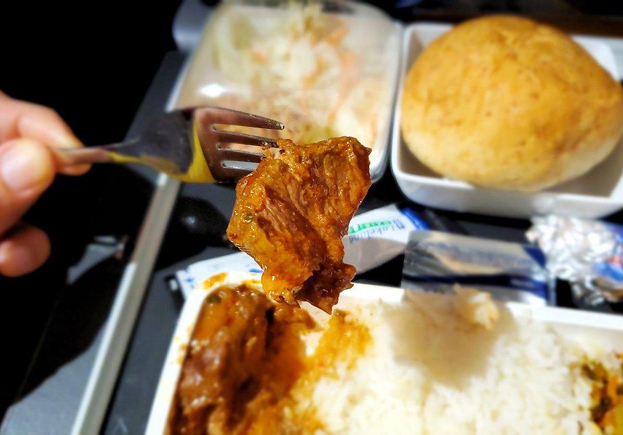 スリランカへ向かうシンガポール航空機で出てきた機内食のビーフカレーを食べます