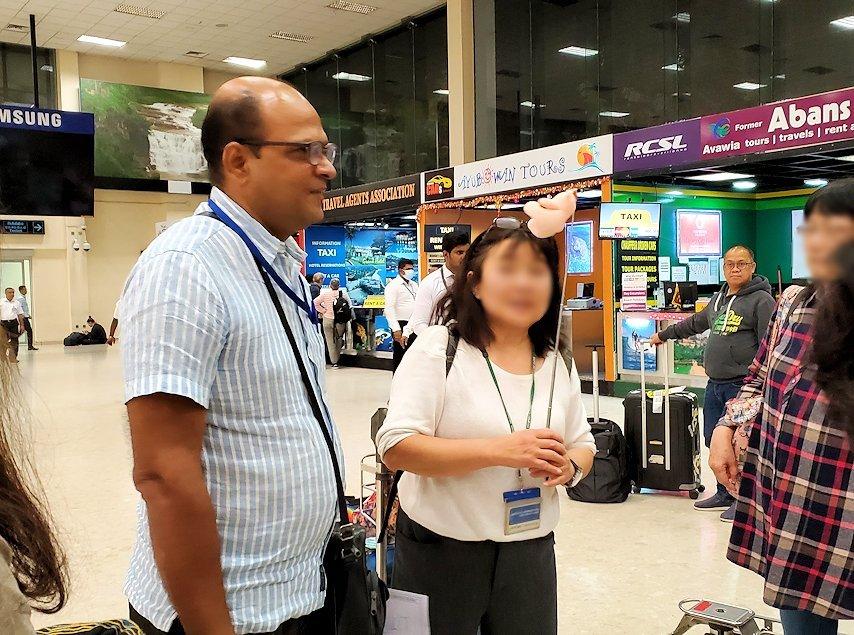スリランカのコロンボ空港内で出会った現地ガイドのパリタさん