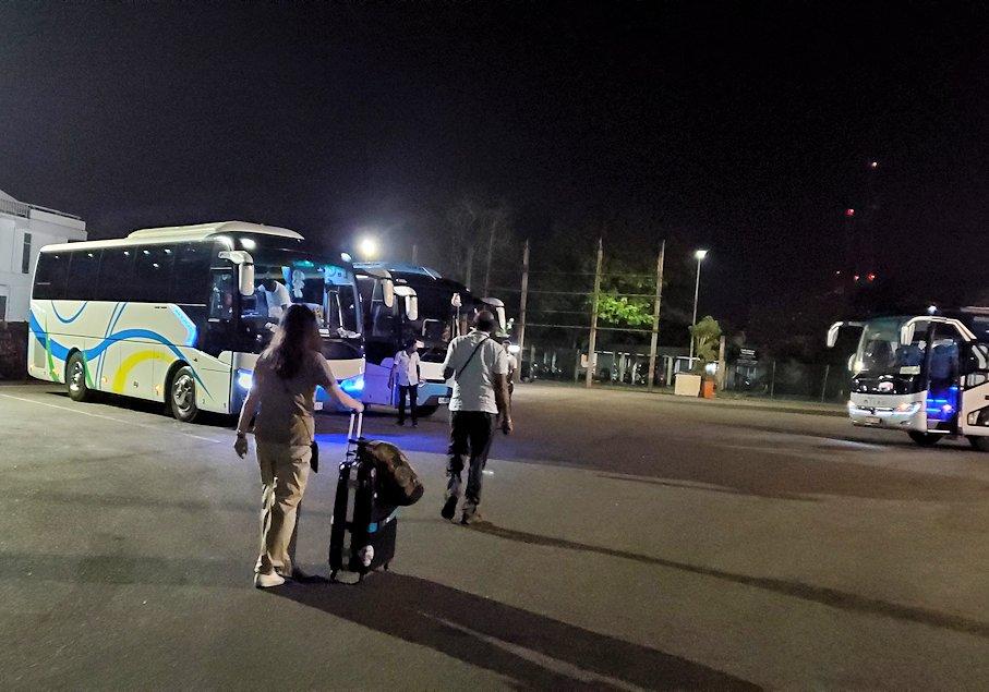 スリランカのコロンボ空港に到着し、バスに移動する