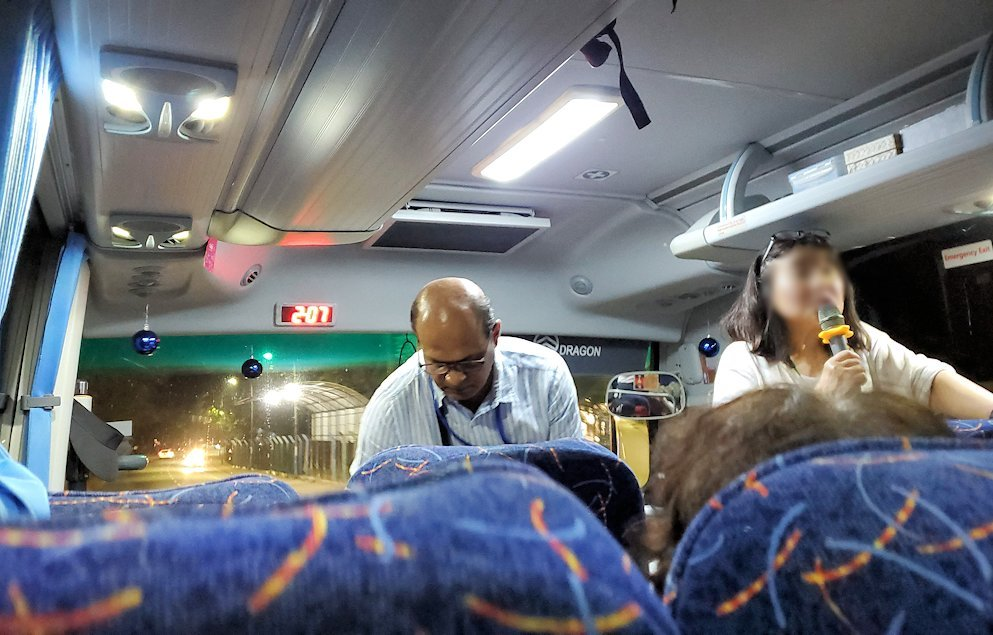 スリランカのコロンボ空港に到着し、移動したバス車内の様子