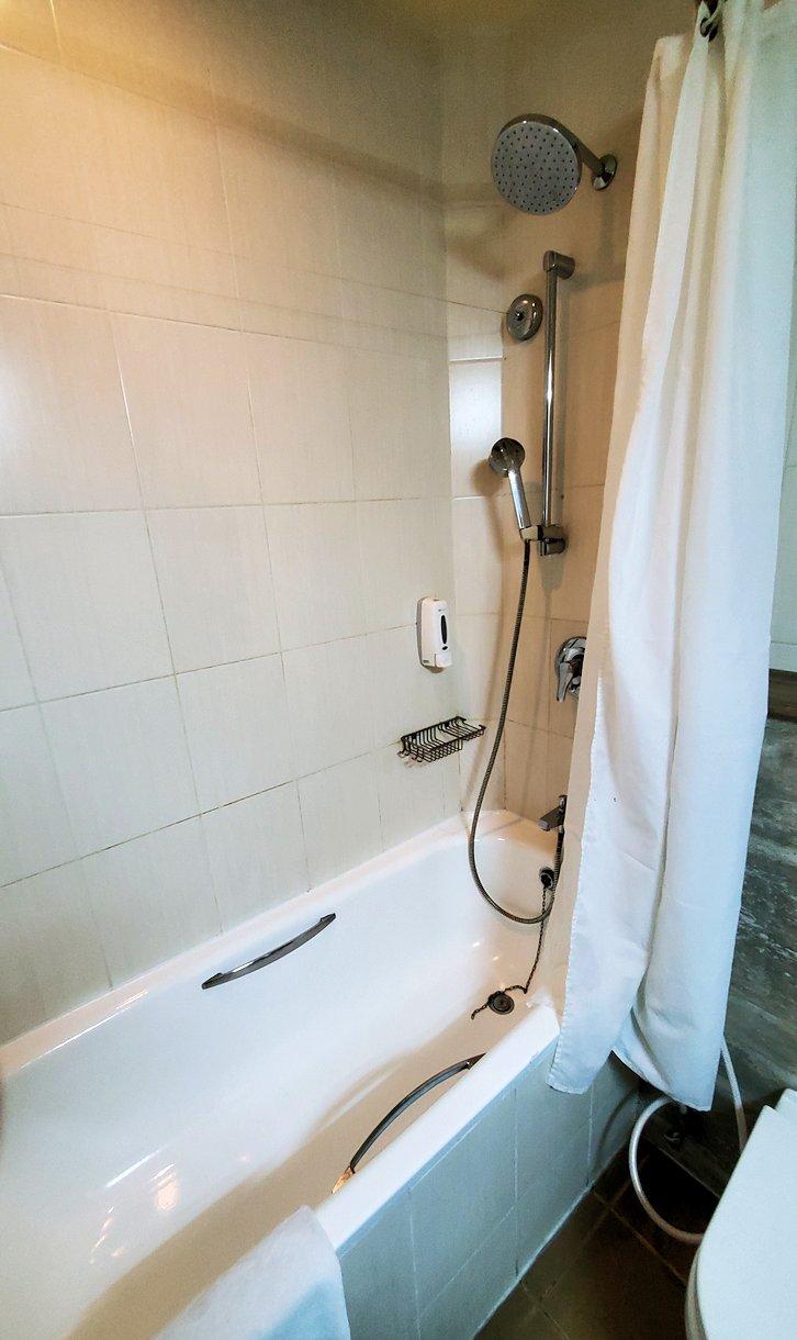 スリランカのネゴンボにある、「ラマダ・カトゥナヤカ・ホテル」の部屋内のシャワー