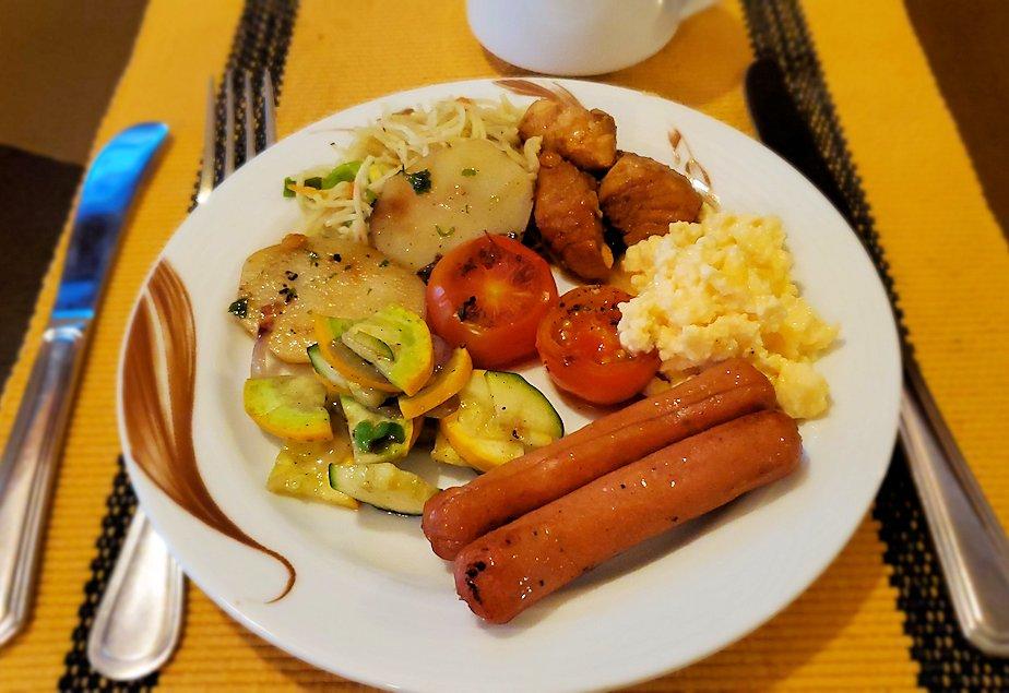 スリランカのネゴンボにある「ラマダ・カトゥナヤカ・ホテル」の朝食会場で食べる朝食