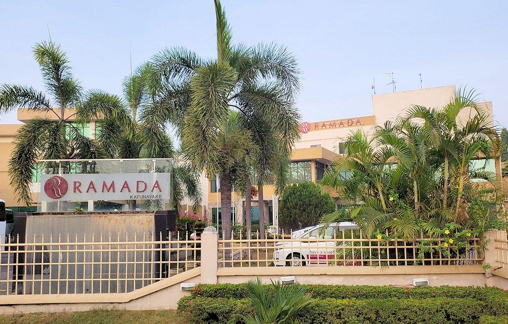 スリランカのネゴンボにある「ラマダ・カトゥナヤカ・ホテル」の外観