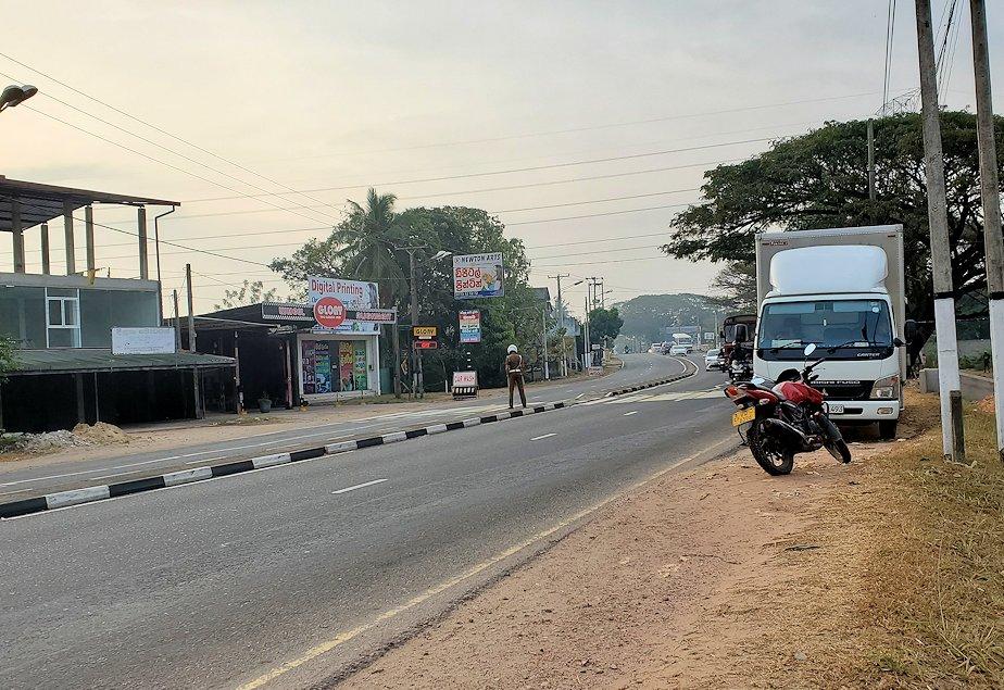 スリランカのネゴンボにある「ラマダ・カトゥナヤカ・ホテル」の前の道路