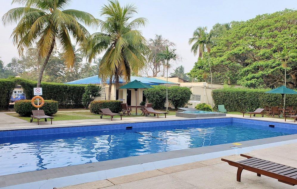 スリランカのネゴンボにある「ラマダ・カトゥナヤカ・ホテル」内のプール