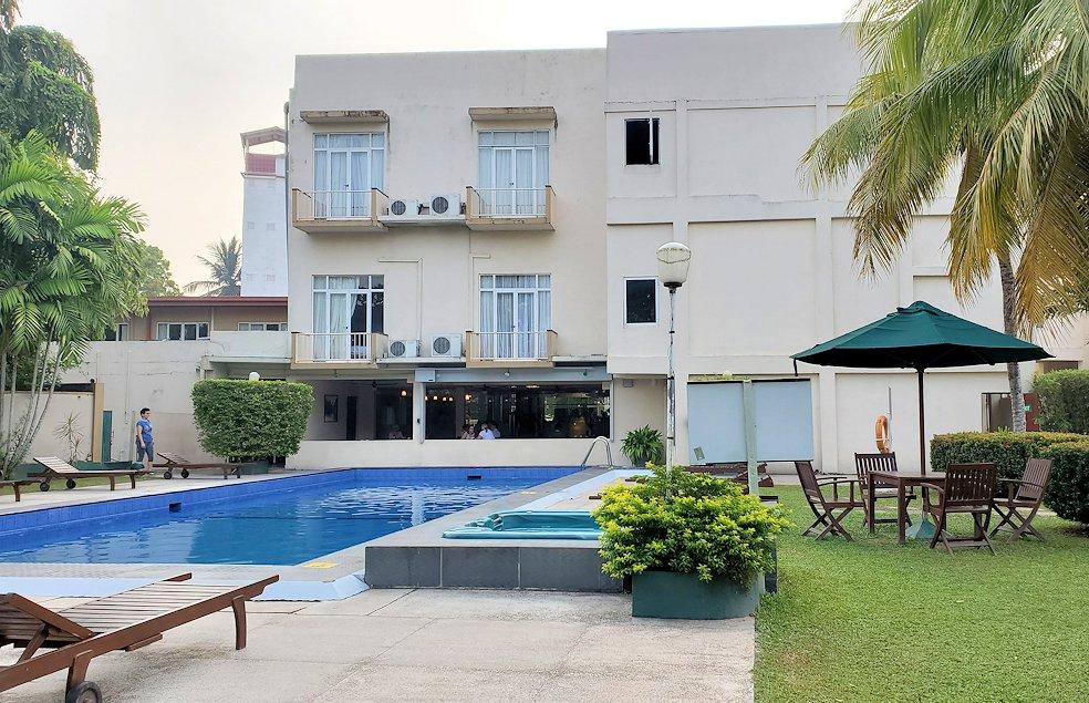 スリランカのネゴンボにある「ラマダ・カトゥナヤカ・ホテル」内のプール-3